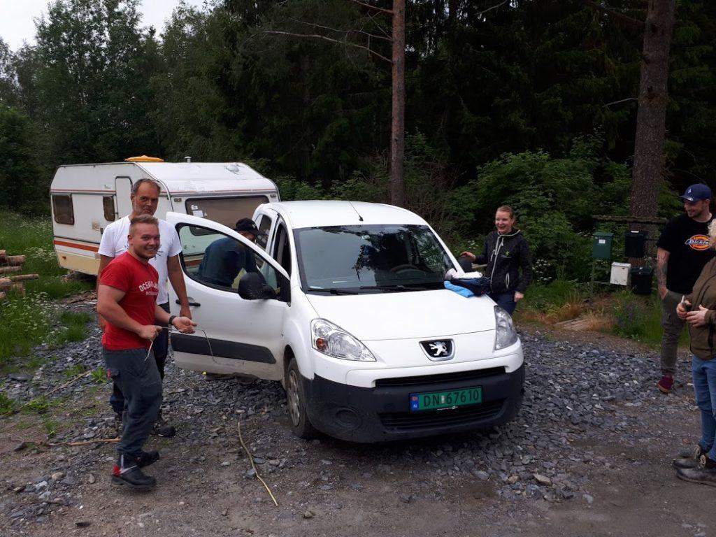Lokal bande fornøyd me å dirke opp bil i Holmenbyen